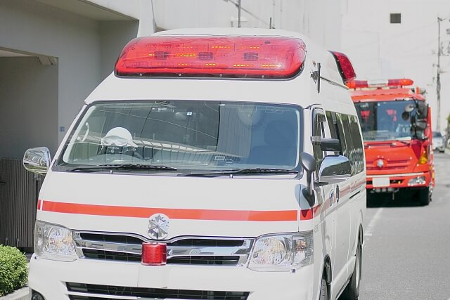 はしご車と救急車