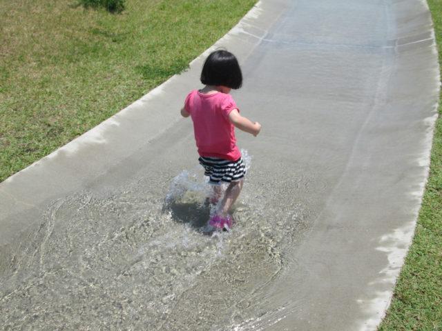 水遊びをする娘