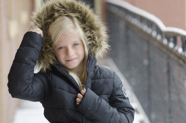 雪と女の子イメージ